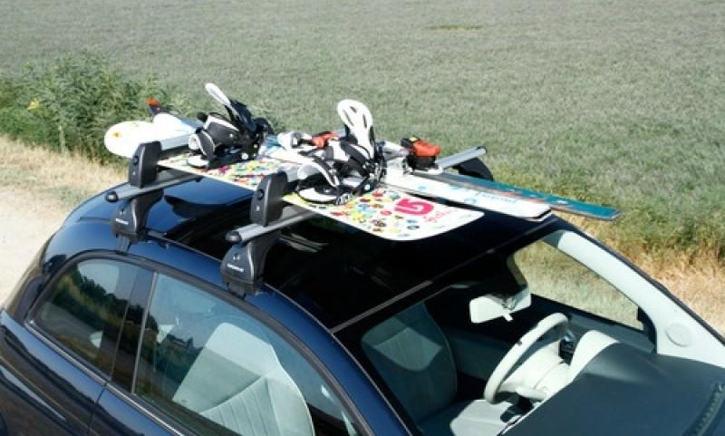 Avtomobilske nosilce za smuči največkrat najdemo v izvedbi majhnih in velikih modelov